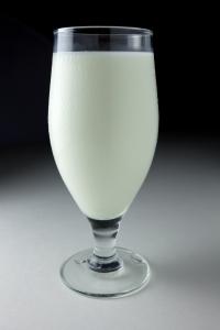 bicchiere latte montagna
